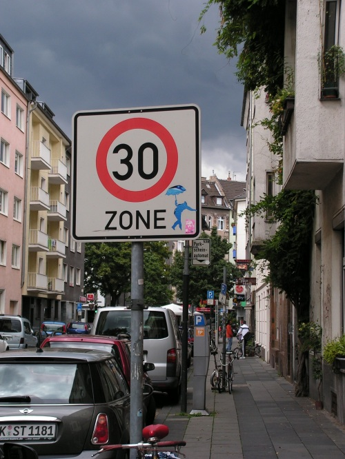 Sticker auf der Lübecker Straße (Köln)